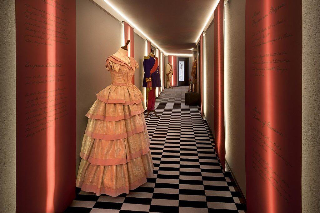 中世の貴族の衣装が飾ってある廊下